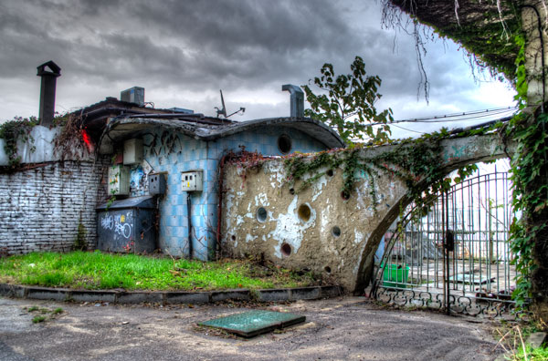 cracking-walls-and-overgrowth-varna