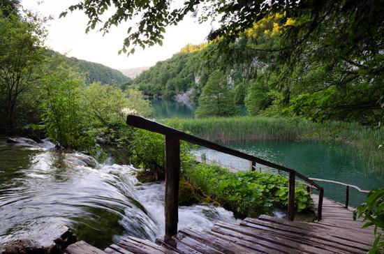 plitvicka-croatia-walk-waterfall