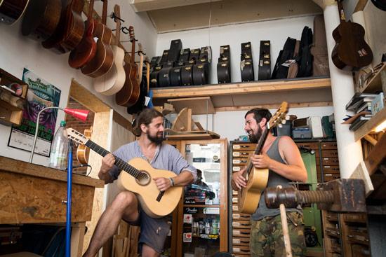 leipzig-playing-guitars